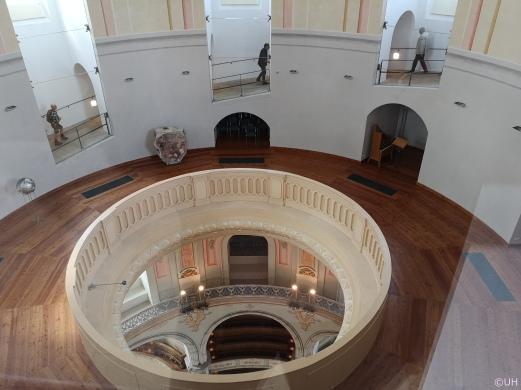 Blick auf den Weg der hinauf zur Kuppel führt und Blick auf die unten im Kirchenraum gelegenen Emporen