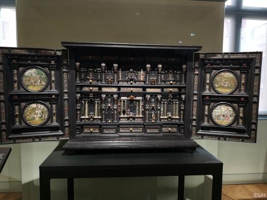 Kabinettschrank mit Kupferstichen