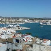 Blick über die Stadt zum Hafen